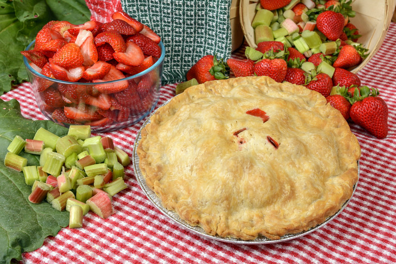 Best Strawberry Rhubarb Pie Recipe.  Bursting with flavor this pie tickles the taste buds with the tartness of rhubarb and then finishes with the sweet juicy strawberries #misshomemade