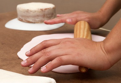 How to make Fondant from Scratch - it's easy.  Oh the cakes you can make! #misshomemade | Thousands of homemade recipes at MissHomemade.com